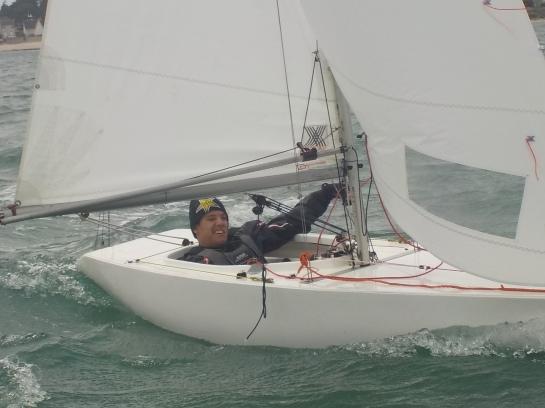 Dans des conditions de vent difficiles avec des rafales à 20 noeuds, Ange poursuit son apprentissage en multipliant les manœuvres et des longs bords de conduite.